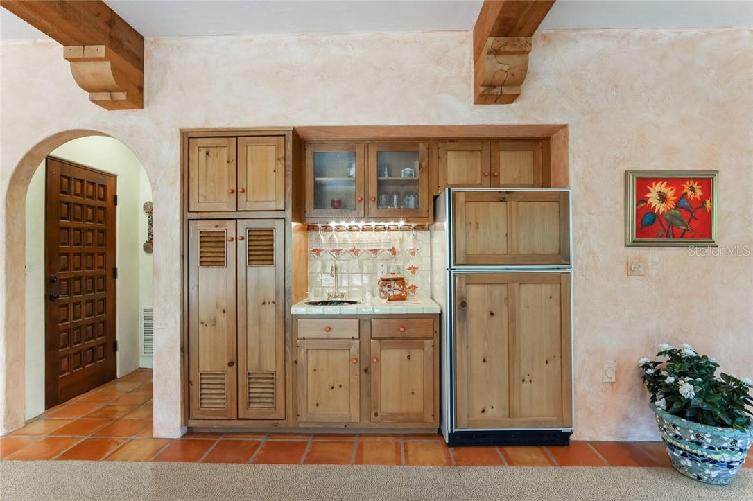 Wet bar in family room - Single Family Home for sale at 4090 Loomis Ave, Boca Grande, FL 33921 - MLS Number is D6112331