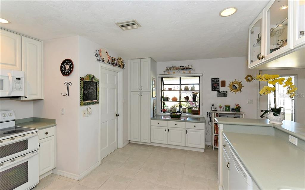 Kitchen - Single Family Home for sale at 1532 Shelburne Ln, Sarasota, FL 34231 - MLS Number is A4173872