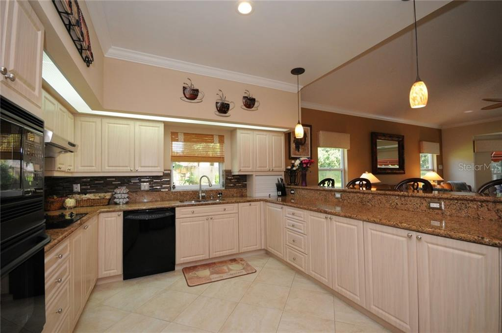 Kitchen with breakfast counter - Villa for sale at 7707 Calle Facil, Sarasota, FL 34238 - MLS Number is A4191635