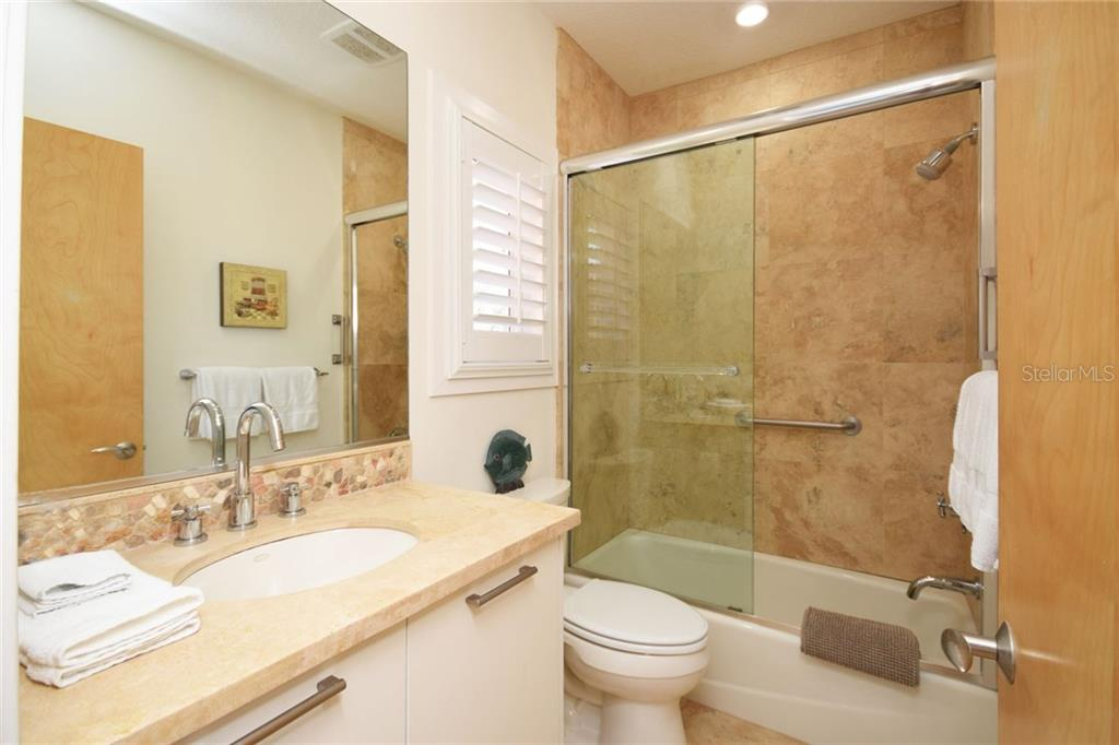 3rd full bathroom with tub and shower. - Condo for sale at 439 Beach Rd #e, Sarasota, FL 34242 - MLS Number is A4192797