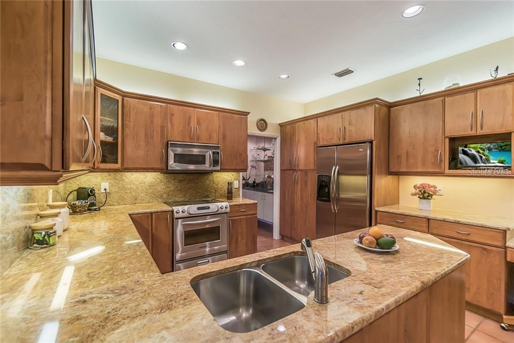 Kitchen with stainless appliances - Single Family Home for sale at 4963 Oxford Dr, Sarasota, FL 34242 - MLS Number is A4417783