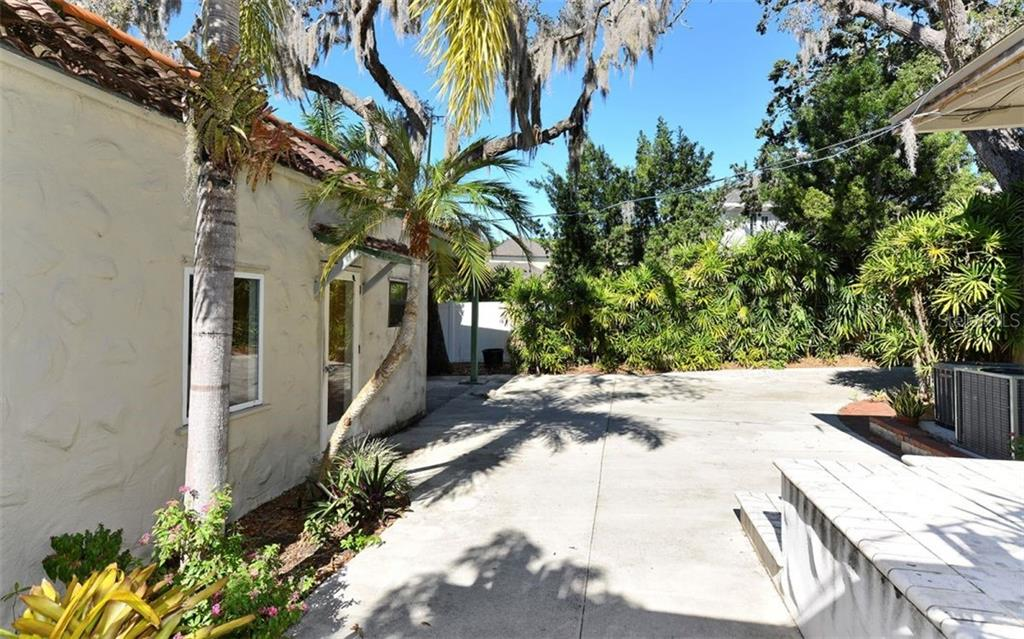 Detached building, perfect as a guest house or office. - Single Family Home for sale at 2262 Okobee Dr, Sarasota, FL 34239 - MLS Number is A4421275