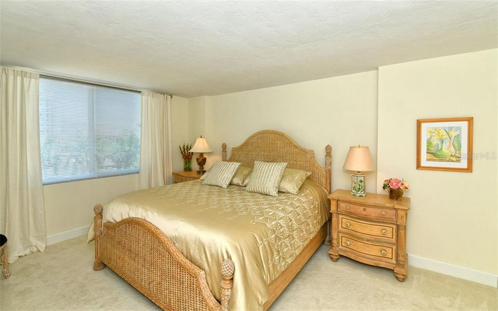 Master bedroom w/walk-in closet & en-suite. - Condo for sale at 101 S Gulfstream Ave #6d, Sarasota, FL 34236 - MLS Number is A4434802
