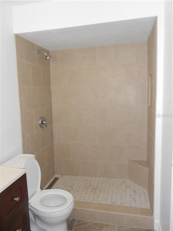 Master Shower with linear drain, shampoo niche and corner seat. - Single Family Home for sale at 5326 Colewood Pl, Sarasota, FL 34232 - MLS Number is A4471495
