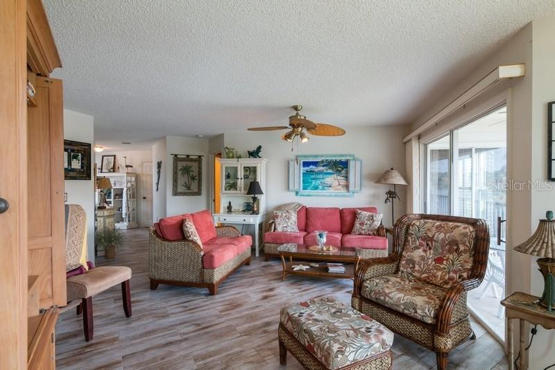 Living room. - Condo for sale at 977 Sandpiper Cir #977, Bradenton, FL 34209 - MLS Number is A4474554
