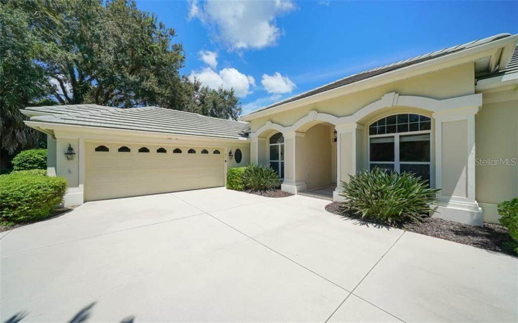 Side garage - Single Family Home for sale at 462 E Macewen Dr, Osprey, FL 34229 - MLS Number is A4476181