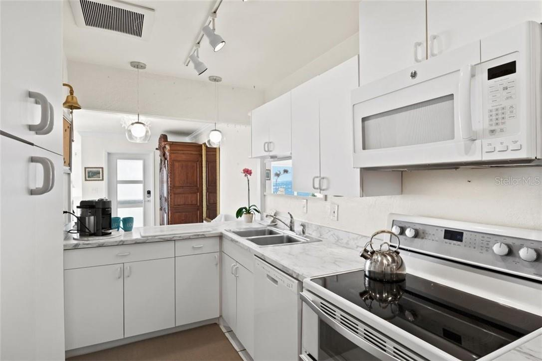 Kitchen with lots of cabinets - Condo for sale at 5400 Gulf Dr #44, Holmes Beach, FL 34217 - MLS Number is A4493017
