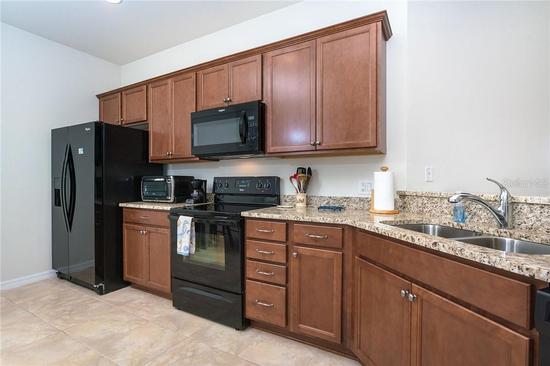 Kitchen offers plenty of prep area - Villa for sale at 13883 Botteri St, Venice, FL 34293 - MLS Number is A4493523