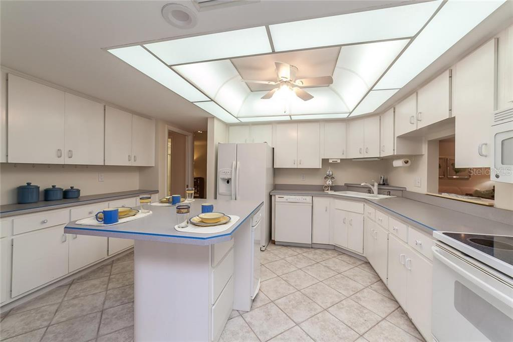 Kitchen - Villa for sale at 710 Golden Beach Blvd #v4, Venice, FL 34285 - MLS Number is N5912832
