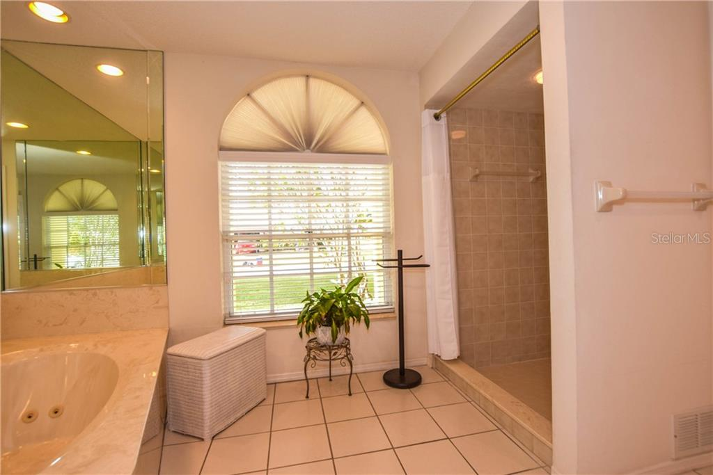 Pool / Lanai - Single Family Home for sale at 512 Warwick Dr, Venice, FL 34293 - MLS Number is N5912872