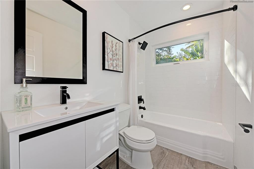 Guest Bath - Single Family Home for sale at 4533 Banan Pl, Sarasota, FL 34242 - MLS Number is N5915472