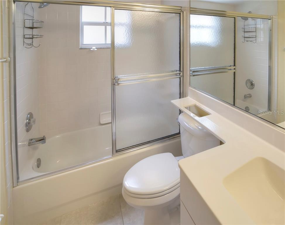 Guest Bath with Tub - Condo for sale at 815 Montrose Dr #101, Venice, FL 34293 - MLS Number is N6107969
