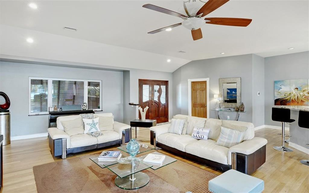 Living room/entryway - Single Family Home for sale at 925 Bayshore Rd, Nokomis, FL 34275 - MLS Number is N6108586