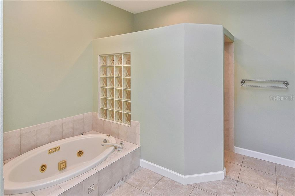 Master bath with roman shower and seperate jacuzzi tub - Single Family Home for sale at 323 Lansbrook Dr, Venice, FL 34292 - MLS Number is N6109725