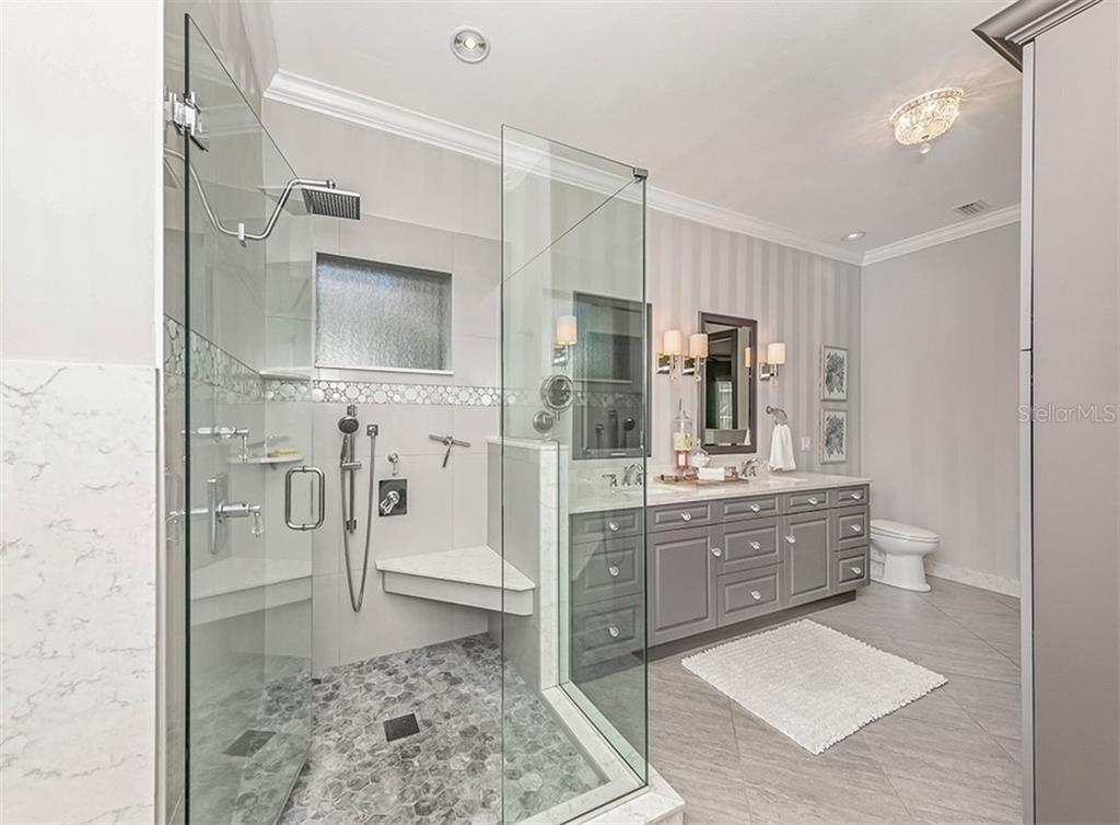Master bath with dual vanities - Single Family Home for sale at 727 Eagle Point Dr, Venice, FL 34285 - MLS Number is N6110087