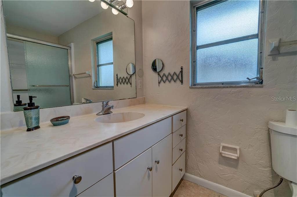 Master Bathroom - Single Family Home for sale at 158 Golf Club Ln, Venice, FL 34293 - MLS Number is N6111200