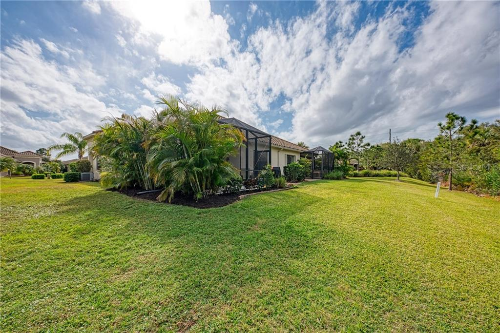 Side Yard - Villa for sale at 11433 Okaloosa Dr, Venice, FL 34293 - MLS Number is N6113314
