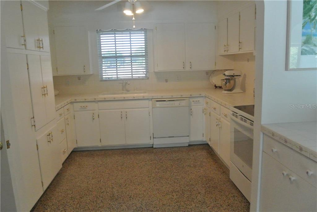 725 riviera st venice fl 34285 mls n5913055 for Kitchen cabinets venice fl